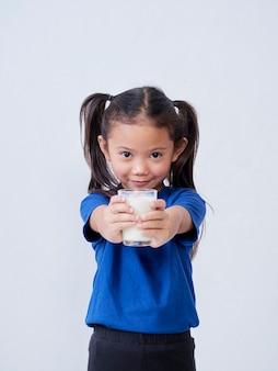 빛에 우유의 유리를 가진 작은 소녀의 초상화