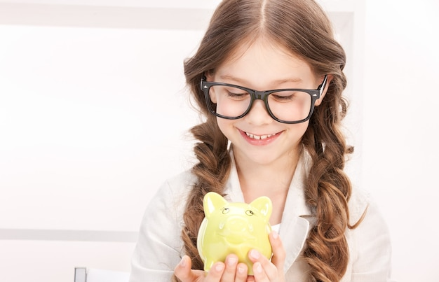 貯金箱を持つ少女の肖像画