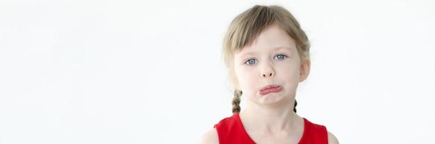 파란 눈을 가진 작은 슬픈 여자의 초상화입니다. 아이들의 변덕과 두려움 개념