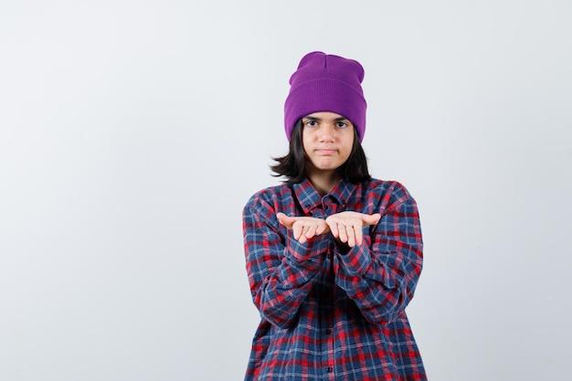 Портрет маленькой женщины, протягивающей сложенные чашечками руки, выглядящей уверенно