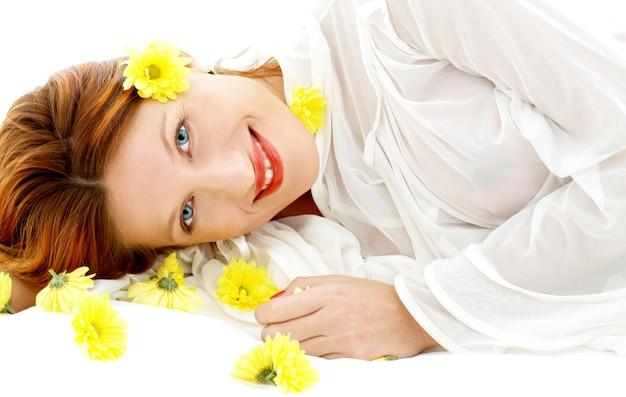 노란 꽃을 가진 사랑스러운 아름다움의 초상화