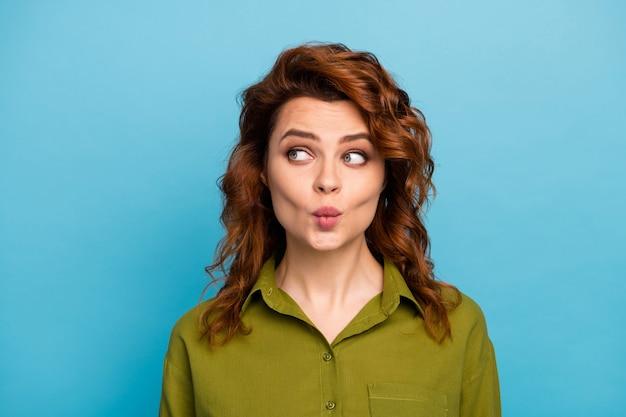 사랑스러운 매력적인 여자 모습 copyspace의 초상화는 귀여운 남자를 끌고 싶어요 2 월 14 일 공기 키스 착용 유행 복장 파란색 배경 위에 절연