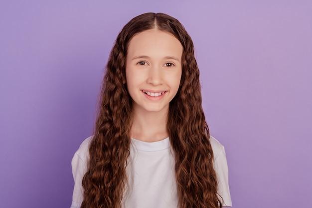 鮮やかな背景に分離された素敵な陽気な子供の女の子の肖像画