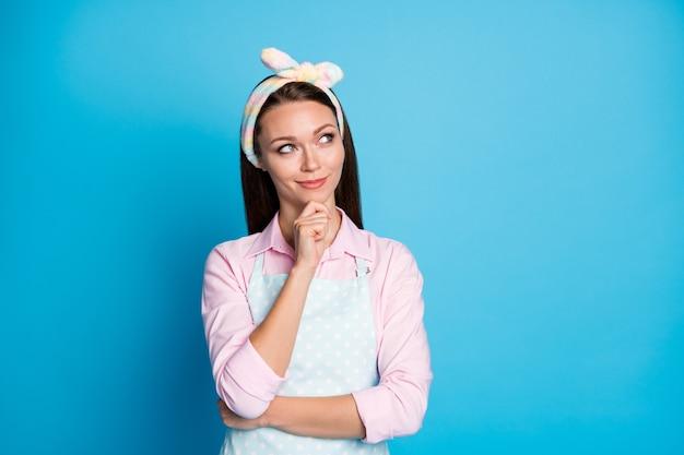 空想的な素敵なかわいい頭のいいスマートな女の子のメイドの肖像