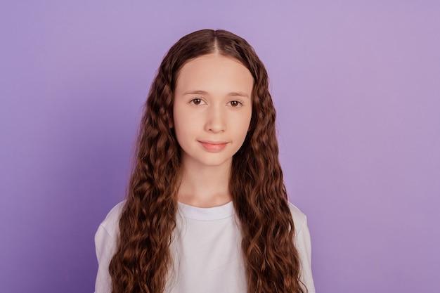 鮮やかな背景に分離された素敵な子供の女の子の肖像画
