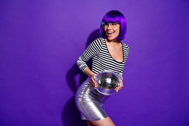 Портрет милого тысячелетнего крика, держащего зеркальный шар, одетый в очки, изолированные на фиолетово-фиолетовом фоне