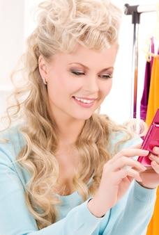 휴대 전화와 함께 사랑스러운 여자의 초상화