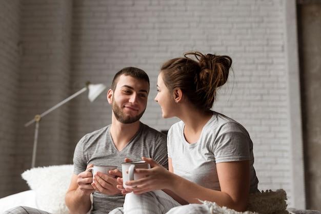 コーヒーを飲んで素敵な若いカップルの肖像画