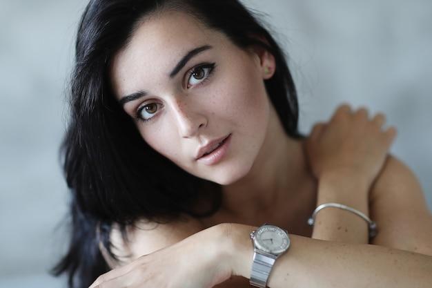 Портрет прекрасной молодой женщины позирует
