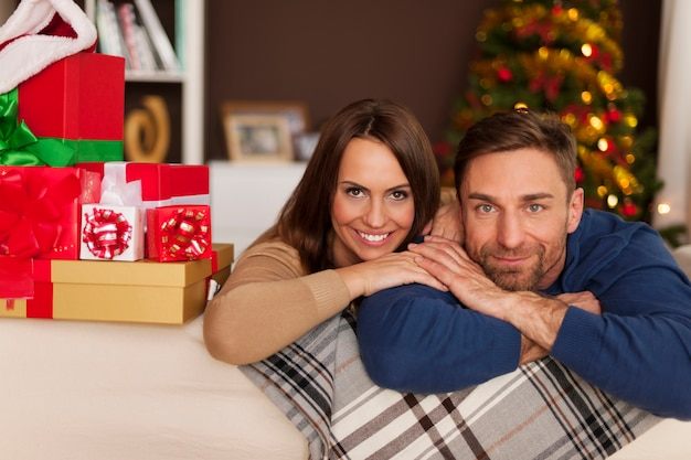 クリスマスの時期に愛するカップルの肖像画