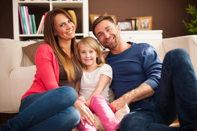 Портрет любящей семьи в гостиной