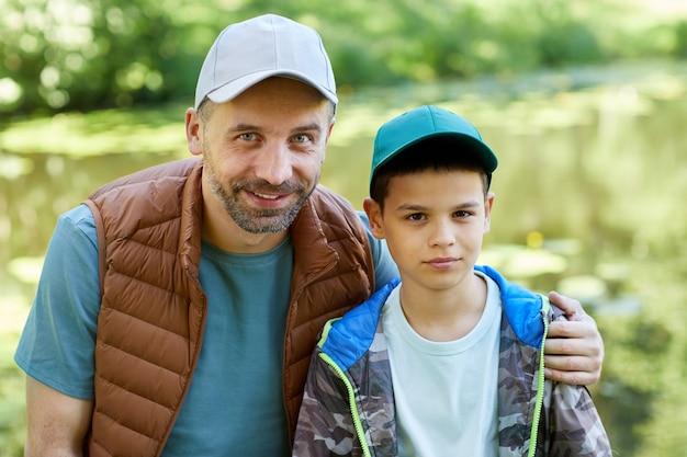 Портрет любящего отца и сына, наслаждаясь походом вместе на природе