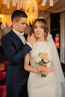 Портрет любящих молодоженов в современном интерьере. свадьба, любовь, концепция отношений. жених и невеста в любви.