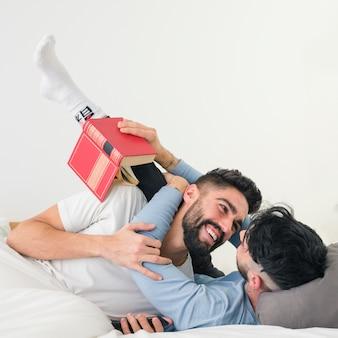 흰 벽에 침대에 사랑하는 젊은 부부의 초상화