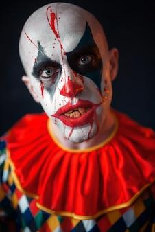 미친 피 묻은 광대, 피에 얼굴의 초상화. 할로윈 의상, 미친 미치광이 화장을 가진 남자