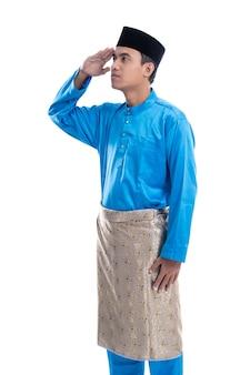 Портрет малазийского мужчины с жестом салюта на белом фоне