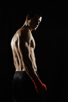 肩越しに見ている男性のボクサーの肖像画