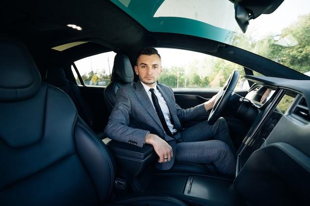 車のホイールに座っている男性実業家の肖像画