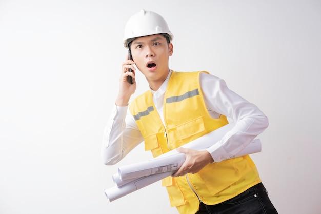 白い背景の上の表現を持つ男性の建設エンジニアの肖像画