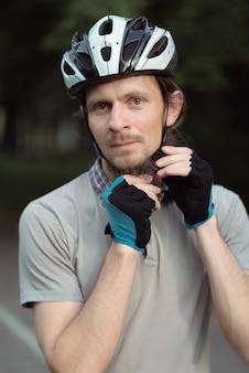 ヘルメットをかぶっている男性サイクリストの肖像画
