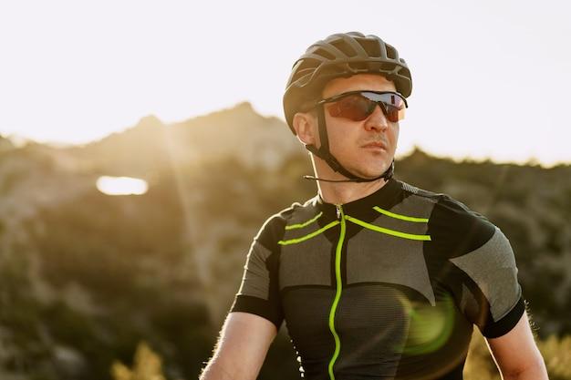 Портрет мужчины-велосипедиста в шлеме и очках