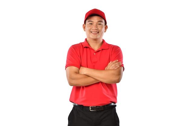 Портрет мужчины-доставщика, посыльного, эмполи, работника, поставщика услуг, улыбающегося и выглядящего счастливым и желанным