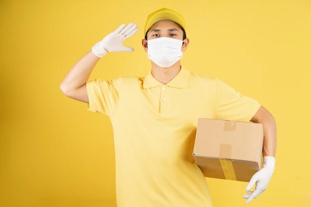 流行の季節にマスクを身に着けている男性配達員の肖像画