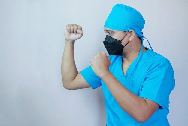 Портрет мужчины-врача сжатым кулаком