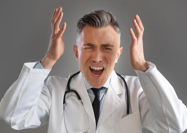 特別な機器で男性医師の肖像画