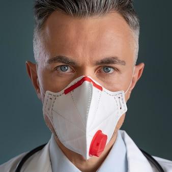 医療マスクを持つ男性医師の肖像画