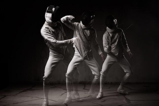 마스크와 호 일 싸움을 수행하는 남성 검객의 초상화
