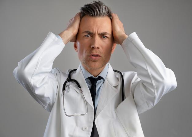Портрет мужского медицинского работника