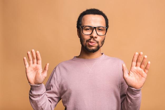 정지 신호에 손을 잡고 남성의 초상화, 경고 및 나쁜 일로부터 당신을 방지하고 걱정되는 표정으로 카메라를보고