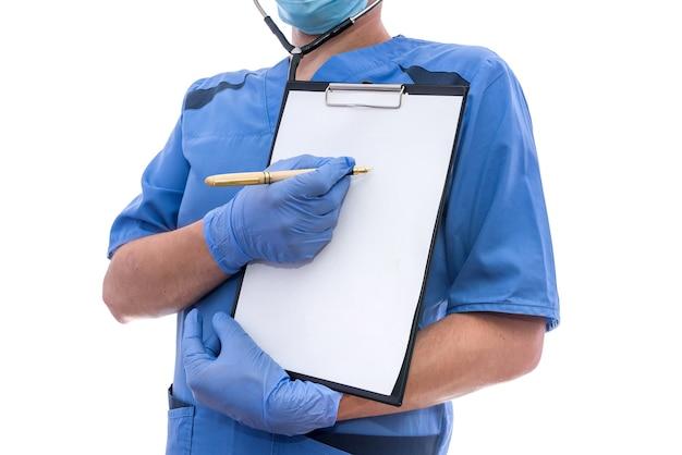 スペースのある空白の空のクリップファイルを指している聴診器を持つ男性医師の肖像画。
