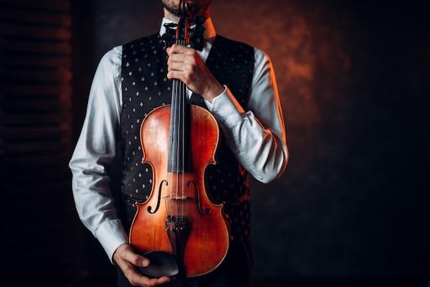 木製バイオリンを持っている男性の人の肖像画。楽器とバイオリン弾き