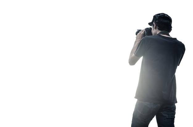 Портрет мужчины-фотографа с камерой на белом фоне