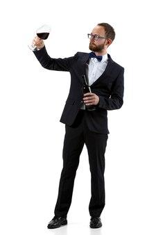Портрет мужчины-сомелье в костюме и защитной маске, изолированные на белом фоне