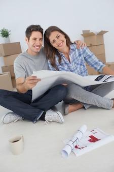 집 계획을 잡고 남자와 그의 아내의 초상화