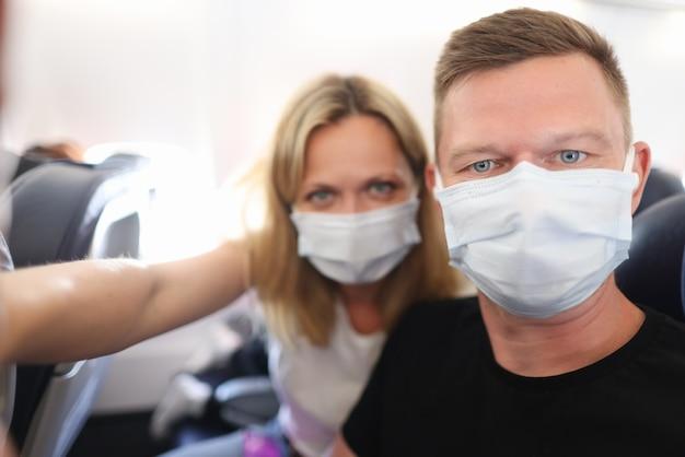 公共交通機関の医療用保護マスクの男性と女性の肖像画