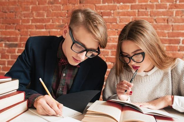 図書館で勉強している男性と女性の肖像画