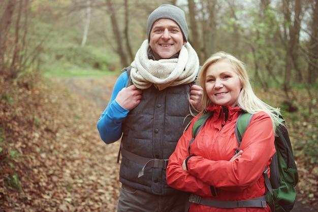 ハイキング中の男性と女性の肖像画