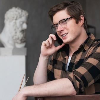 Портрет человека художника разговаривает по телефону