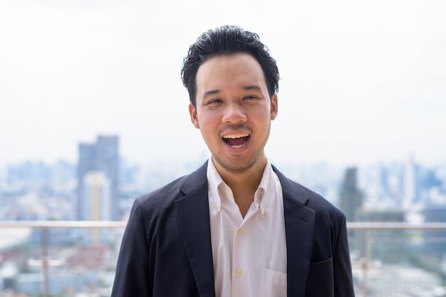태국 방콕에서 야외에서 양복을 입은 남자 아시아 사업가의 초상화