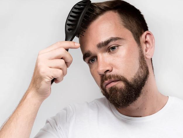 彼の髪をブラッシングする男の肖像画