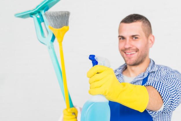Портрет мужчины, уборка его дома