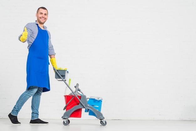 Портрет мужчины, убирающего свой дом