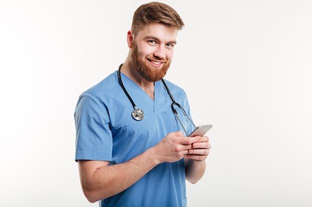 Портрет мужчины доктор с помощью мобильного телефона.