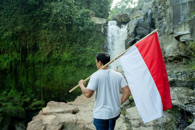 Портрет мужчины, держащего флаг индонезии