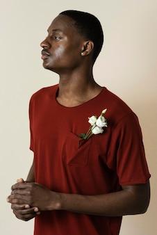 Портрет мужчины в футболке с цветами в нагрудном кармане