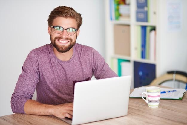 ノートパソコンの前の男の肖像画